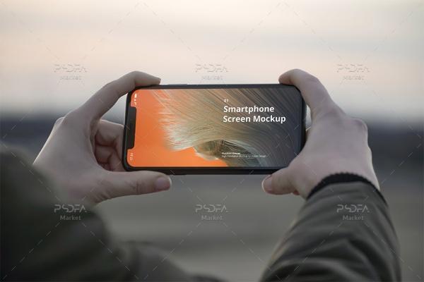 موکاپ گوشی آیفون در دست در فضای باز با نماهای مختلف برای فتوشاپ