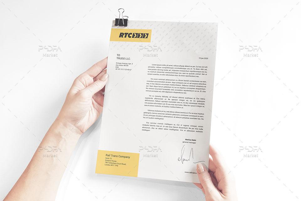 موکاپ نامه اداری سربرگ و کاغذ A4 در دست